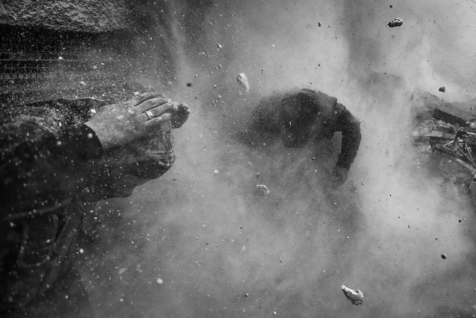 Combatientes rebeldes en Siria se refugian entre los escombros y la metralla que vuela. Por Goran Taomasevic.