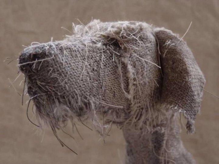 Helen Thompson, a.k.a Holy Smoke, crea estos expresivos cánidos a partir de hilo, lino natural y textiles vintage.